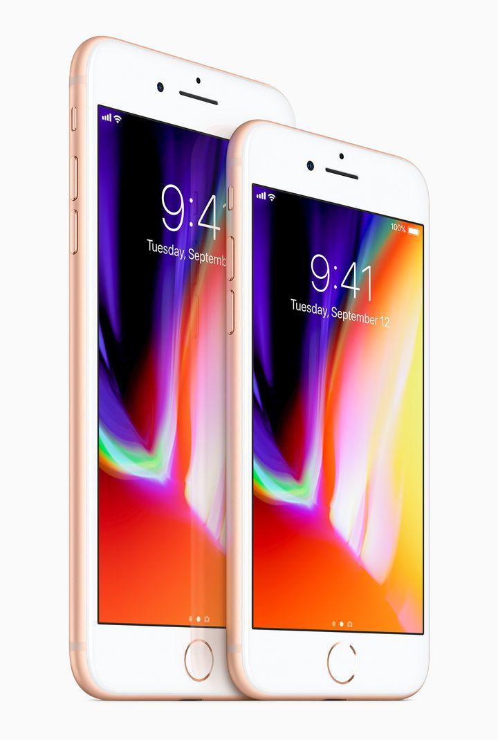 """""""iPhone 8"""" und """"iPhone 8 Plus"""" von vorne."""