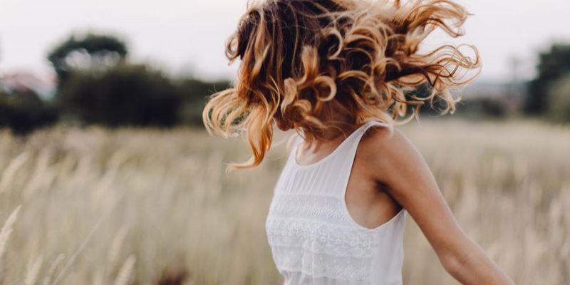 Chlor, Sonne und Salz schädigen das Haar im Sommer.