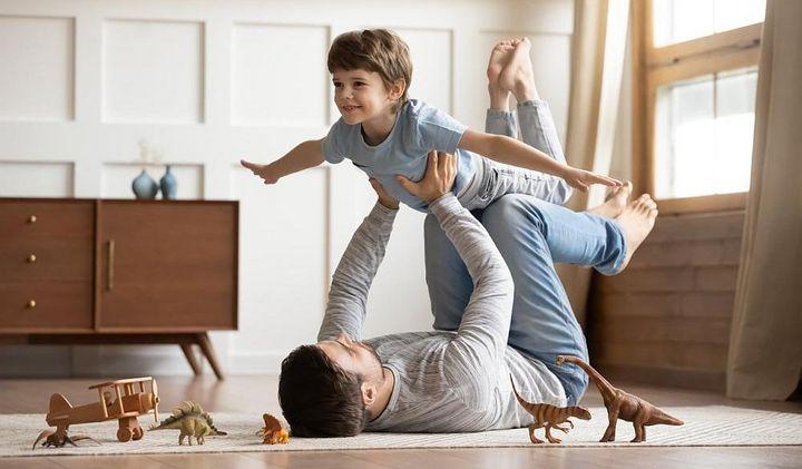 Spielen mit der Familie als Belohnung für gehaltene Vorsätze.
