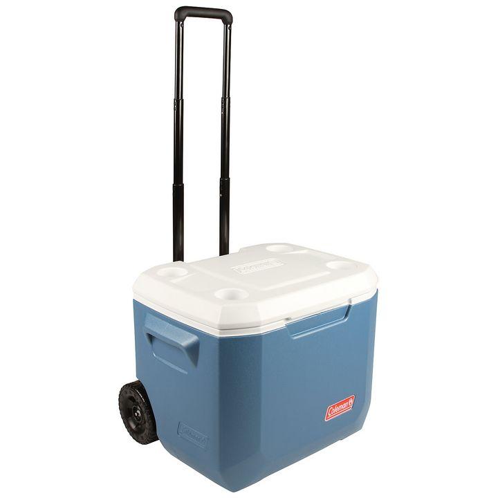"""47 Liter Fassungsvermögen und die Möglichkeit 1,5 l-Flaschen stehend lagern zu können, sind zwei Vorteile der Kühlbox """"Coleman Xtreme Wheeled 50Qt""""."""