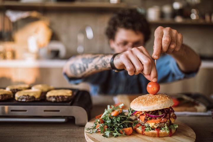 Burger auf dem Tischgrill.