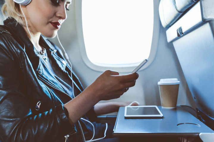 Ein Handy im Flugmodus hilft vor allem bei der Kommunikation des Piloten.