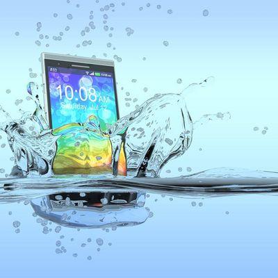 Der Albtraum: Das Smartphone fällt ins Wasser.