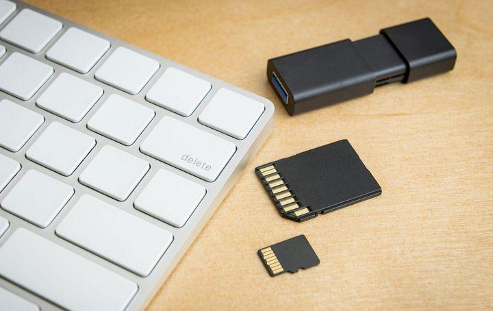 SSD-Festplatten, SD-Karten und USB-Sticks erreichen eine Lebensdauer von zirka 30 Jahren.