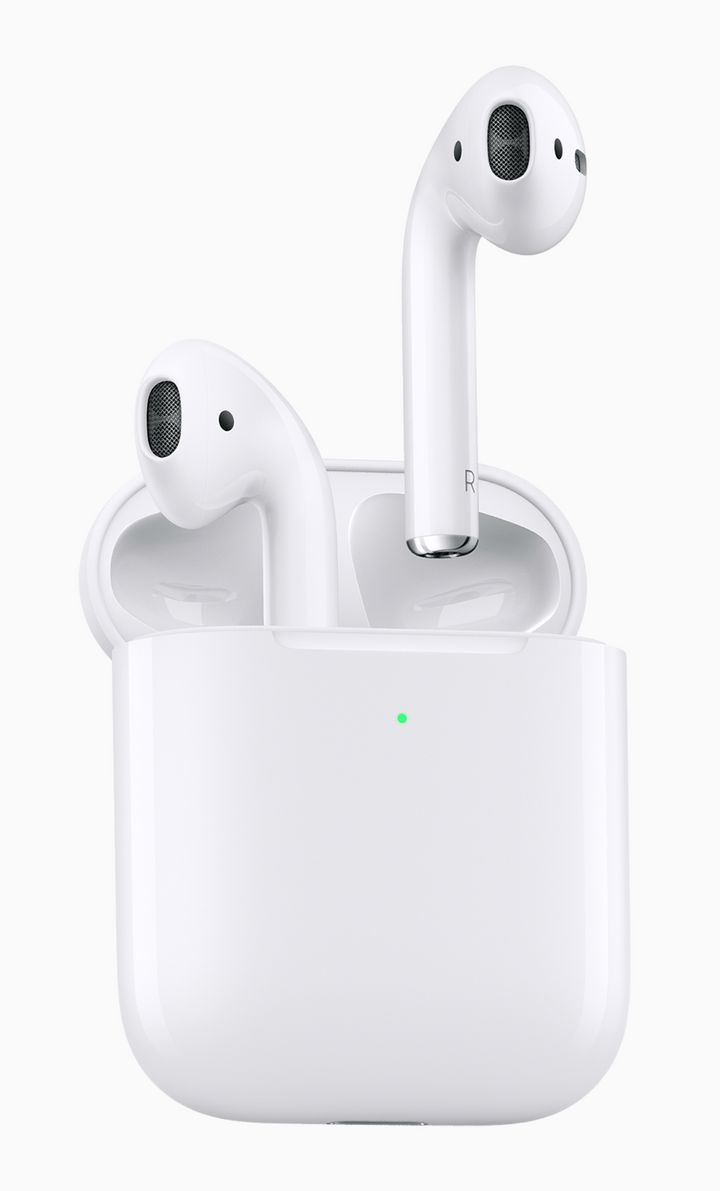 "Apples AirPods werden im neuen ""Wireless Charging Case"" geladen."