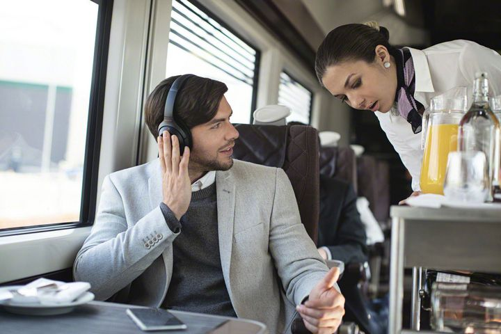 """Der """"WH-1000MX3"""" lässt auf Wunsch die Geräusche der """"Außenwelt"""" wieder an Ihre Ohren dringen."""