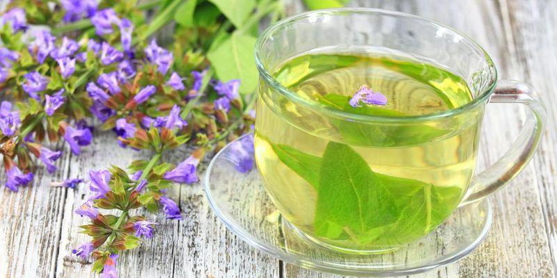 Tee im Sommer mildert übermäßiges Schwitzen.