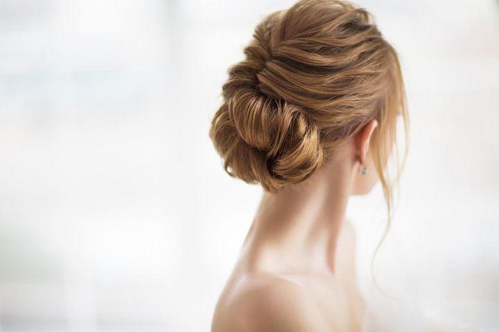 Für eine langhaltende Ballfrisur sollten die Haare nicht frisch gewaschen sein.