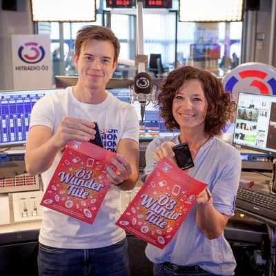 """Die Ö3-Moderatoren Philipp Hansa und Sandra König zeigen die """"Ö3 Wundertüte""""."""
