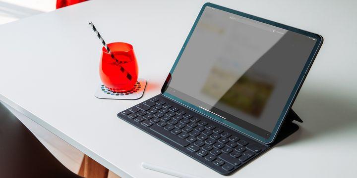 """Das """"Smart Keyboard Folio"""" von Apple schützt nicht nur Vorder- und Rückseite des """"iPad Pro"""", sondern bietet darüber hinaus auch noch praktische Zusatzfeatures."""