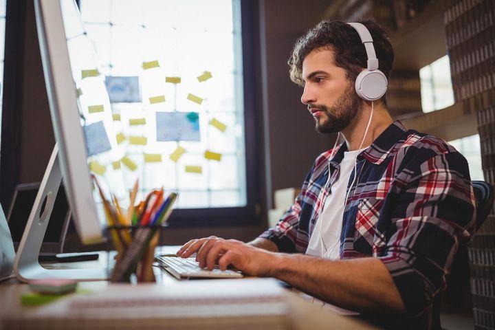 Vorausgesetzt, die Arbeitskollegen oder der Chef haben nichts dagegen, kann Musik dabei helfen, produktiver und munter zu werden.