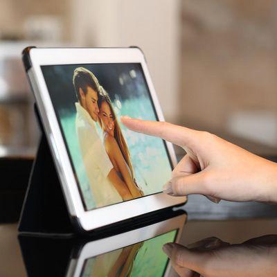 Moderne Idee und doch persönlicher Touch: Ein smarter Bilderrahmen hält besondere Momente fest, ohne altmodisch zu wirken.
