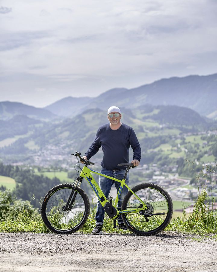 DJ Ötzi mit einem Fischer E-Bike