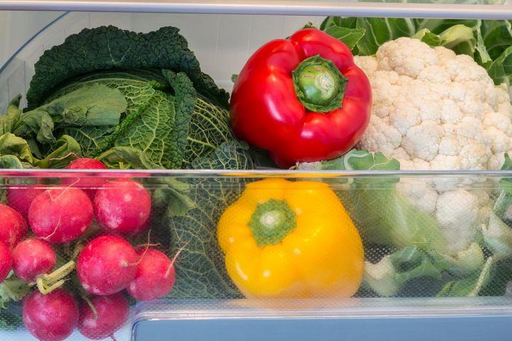 Im Kühlschrank sollten Obst und Gemüse getrennt aufbewahrt werden.