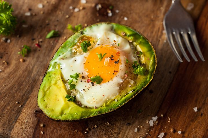 Gebackene Avocado mit Ei.