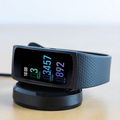 """Das neue Fitness-Wearable Samsung """"Gear Fit 2"""" schaut auch beim Aufladen gut aus"""