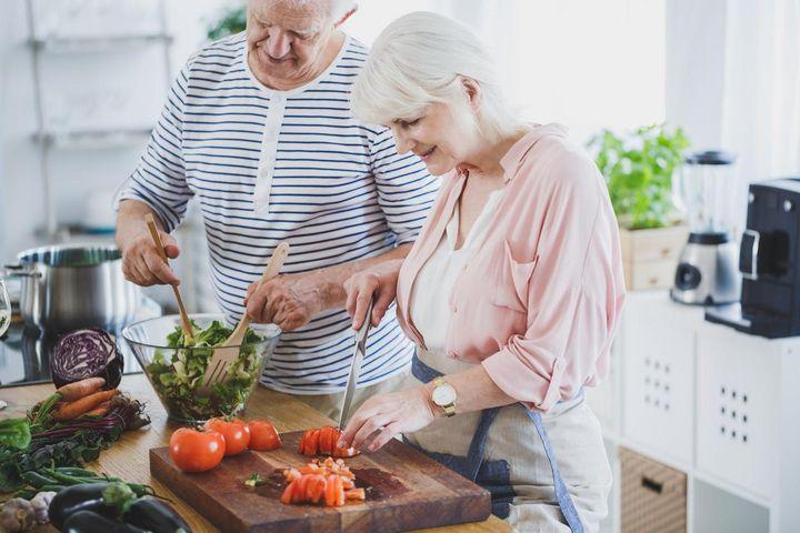 Senioren kochen.