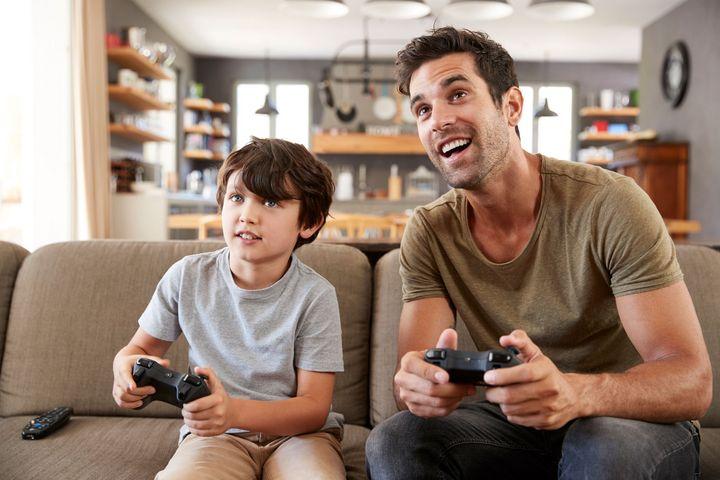 Gemeinsam mit den Kindern zu spielen kann Spaß machen.