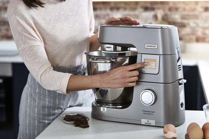 Eine Küchenmaschine nimmt in der Weihnachtszeit viel Küchenarbeit ab.