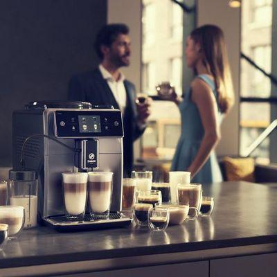 Philips Saeco Xelsis ist ein Kaffeevollautomat, der 15 Kaffeespezialitäten zubereitet.