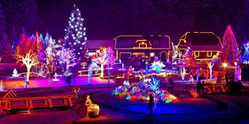 Bunt und manchmal schrill sind die Lichtershows dieser Häuser.