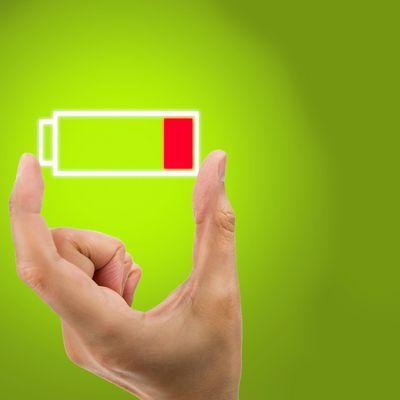 Smartphones unterwegs aufladen mit Powerbanks.
