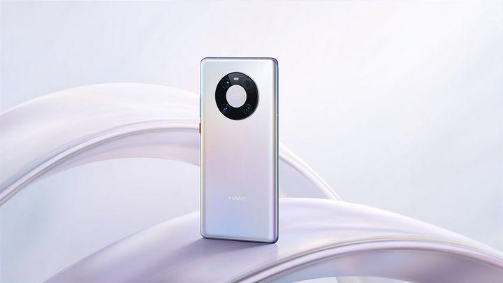 Das Smartphone ist mit Dreifach-Kamera ausgestattet.