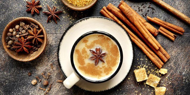 Chai Latte wird mit vielen Gewürzen und geschäumter Milch zubereitet.