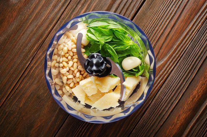 Knoblauch im Pesto hinterlässt oft unangenehme Gerüche im Mixer.