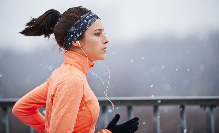 Eine Frau läuft im Schnee