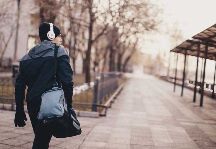 Um Stress vor dem Frühsport zu vermeiden, sollte man sich die benötigte Kleidung sowie Verpflegung bereits am Vorabend bereitlegen.