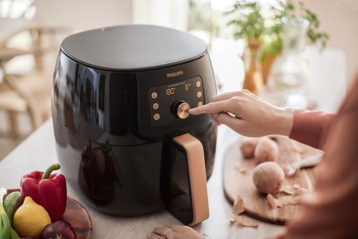Nahezu fettfrei gelingen süße und pikante Speisen im Airfryer von Philips.