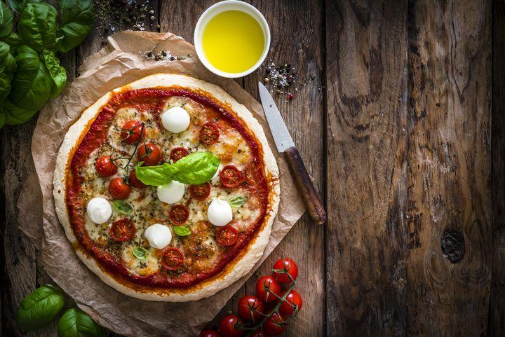 Pizza gelingt mit Backpulver auch ohne Germ.