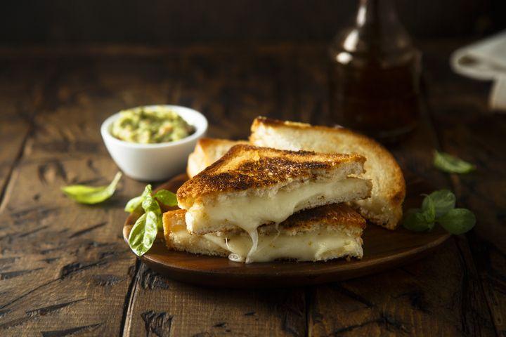 Käse, Lachs oder Gorgonzola entfalten im Grilltoast das perfekte Aroma.
