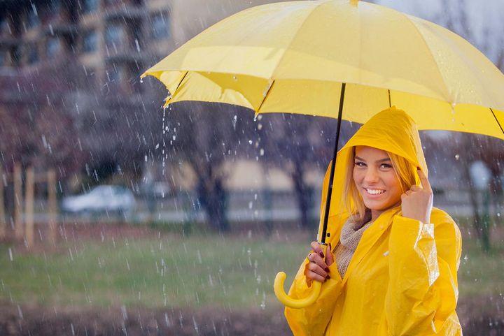 Durch die knalligen Farben des Regenschirms wirkt das Motiv sehr kontrastreich bei dem sonst eher tristen Wetter.