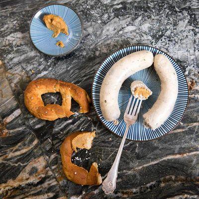 Bei der Oktoberfest-Party dürfen Weißwurst, Senf und Laugenbrezel nicht fehlen.