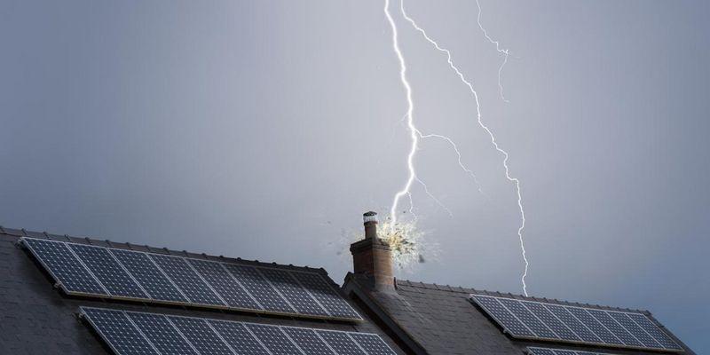 Blitzschläge können für enorme Schäden an eingesteckten Elektrogeräten sorgen.
