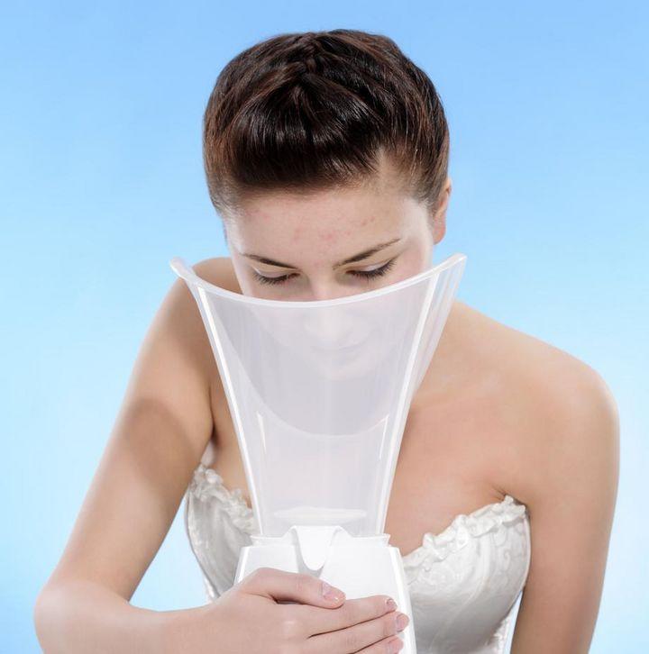Eine Gesichtssauna reinigt und entspannt die Haut.