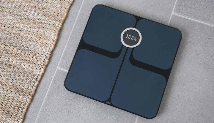 Weit mehr Werte als das Gewicht zeigt die Fitbit aria 2 an.