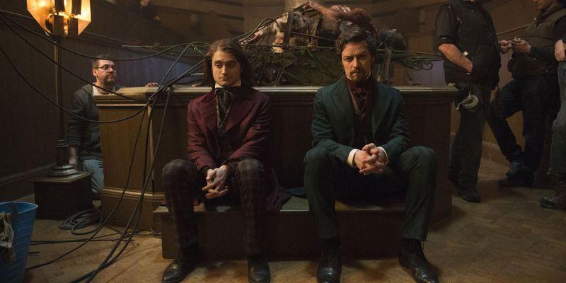 Daniel Radcliffe tritt als Zirkusattraktion auf.