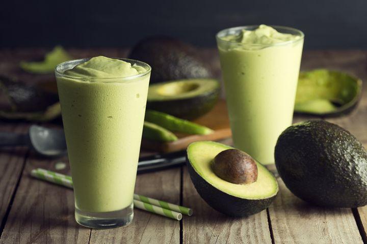 Das köstliche und nahrhafte Fruchtfleisch der Avocado lieben wir in Smoothies