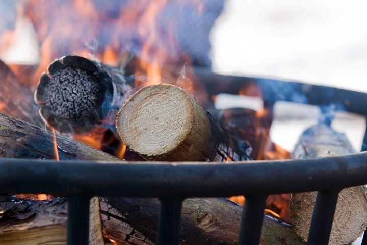 Ein Feuerkorb liefert Wärme.