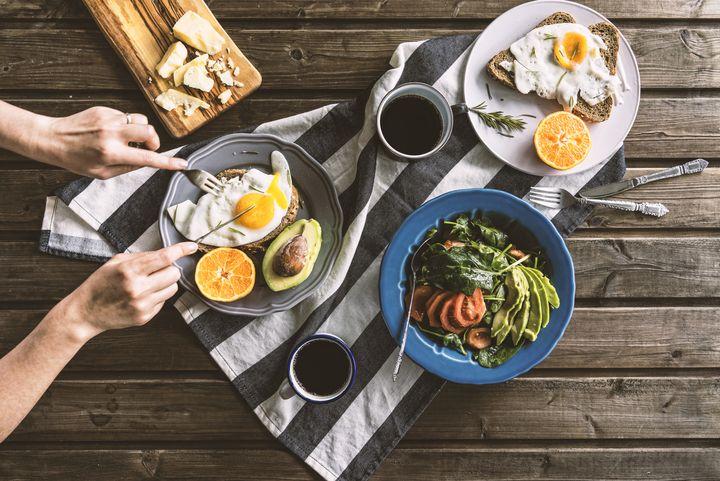 Frühstück mit Eiern und Salat.