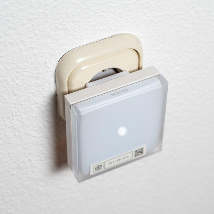 Stecken Sie das Relais an eine Stromquelle.