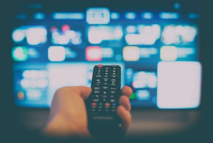 Ein Fernseher, auf den eine Fernbedienung gerichtet ist.