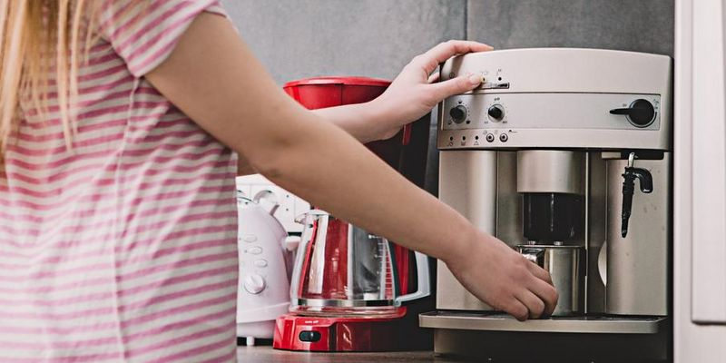 So wird die Kaffeemaschine rein.