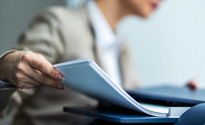 Ein Multifunktionsgerät kann drucken, kopieren, scannen und faxen.