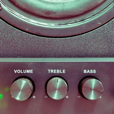 Wir erklären die wichtigsten Begriffe rund um Lautsprecher-Einstellungen.