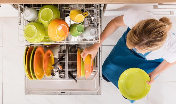 Ein Geschirrspüler spart im Vergleich zum händischen Abwasch Wasser.