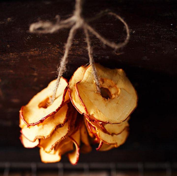 Bratapfelchips sind essbare Deko und ein nettes Mitbringsel.